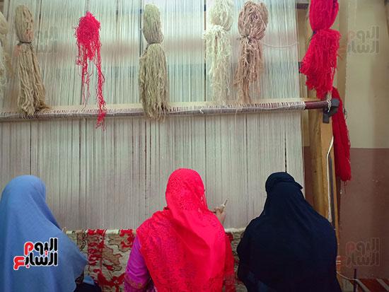 الأمهات-العاملات-بتصنيع-السجاد-(2)