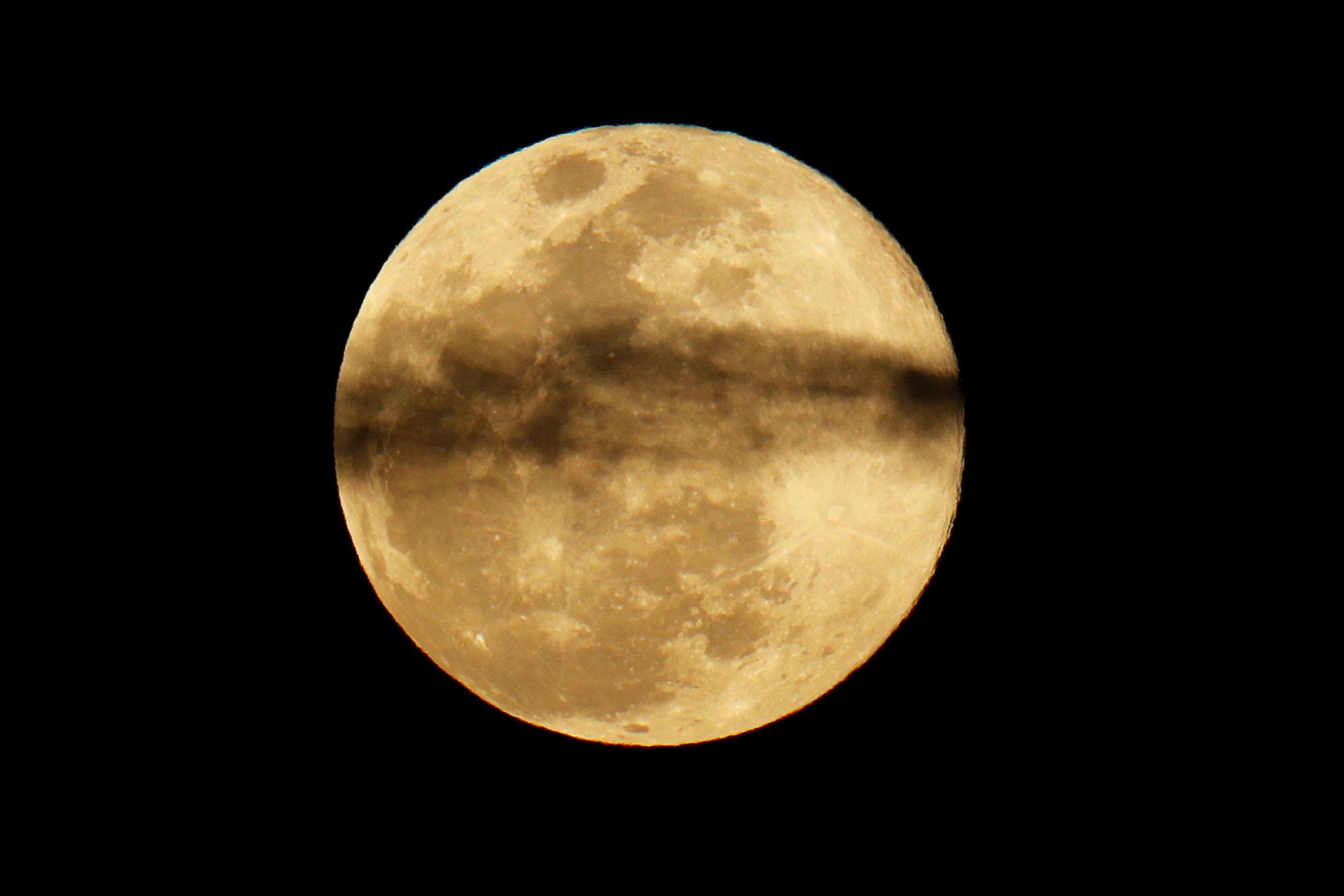 القمر العملاق (2)