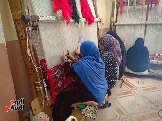 الأمهات-العاملات-بتصنيع-السجاد-(1)