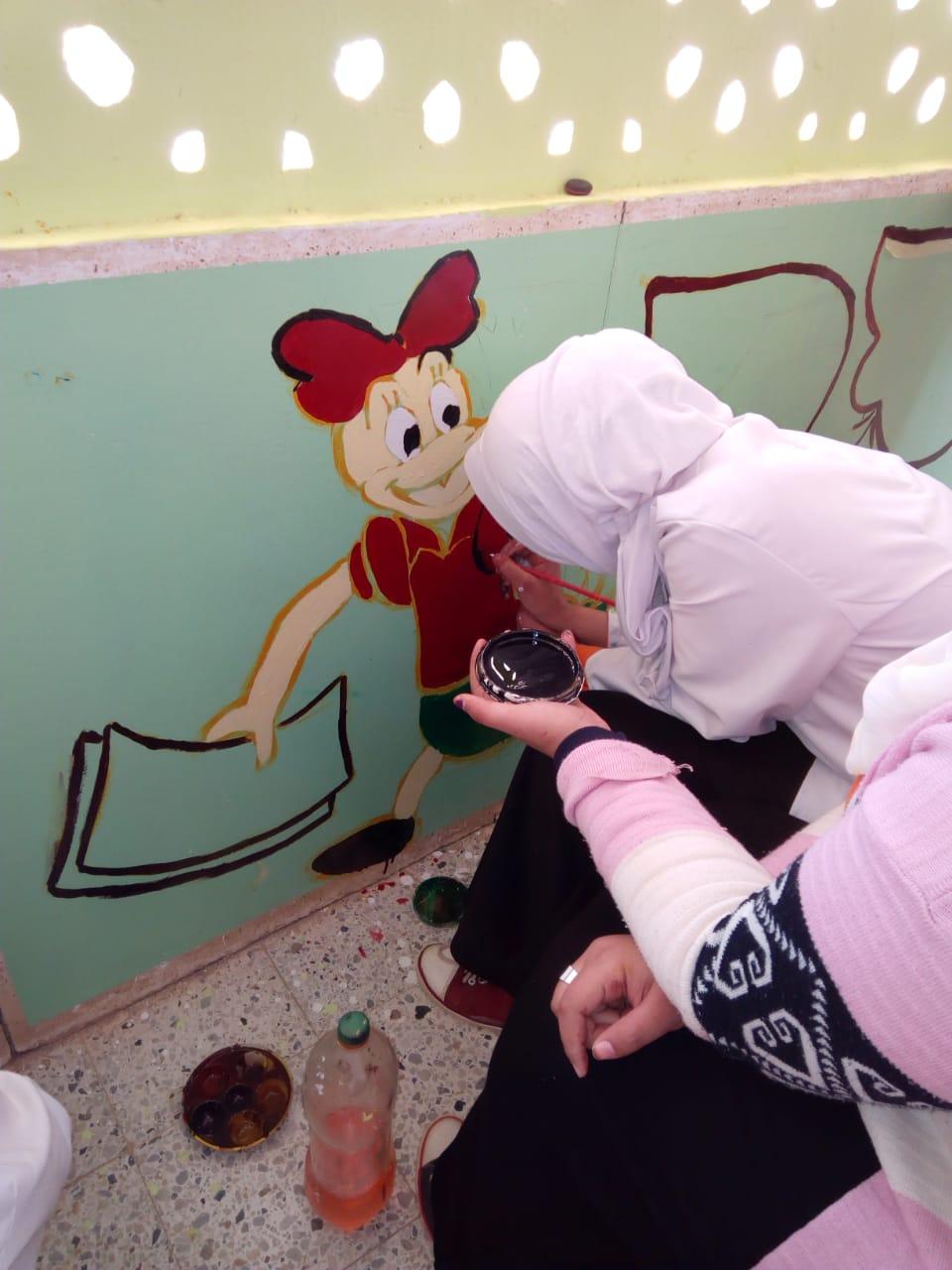 طالبات مدرسة موط الفنية ينفذن مبادرة تجميل أسوار المدارس بلوحات جدارية (12)