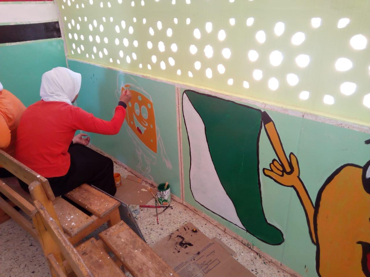 طالبات مدرسة موط الفنية ينفذن مبادرة تجميل أسوار المدارس بلوحات جدارية (3)