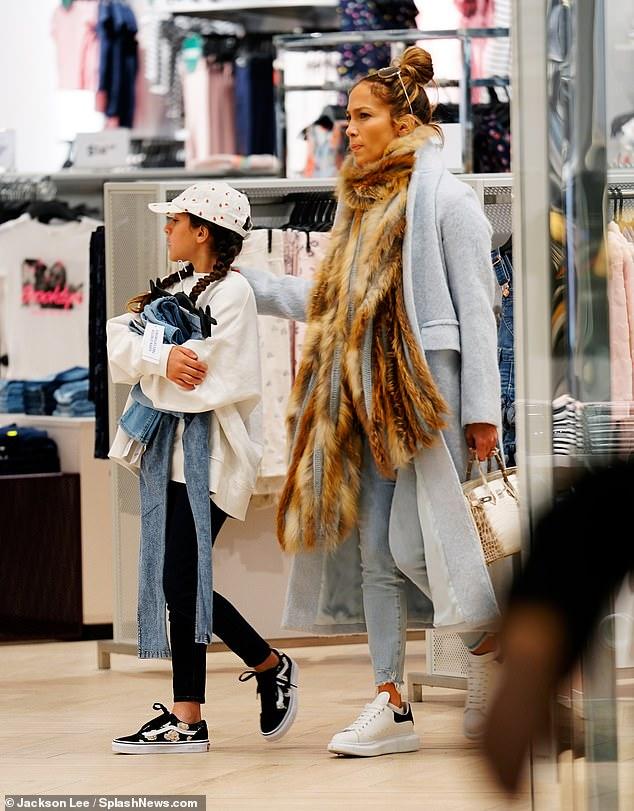 جينيفر لوبيز تتسوق لابنتها