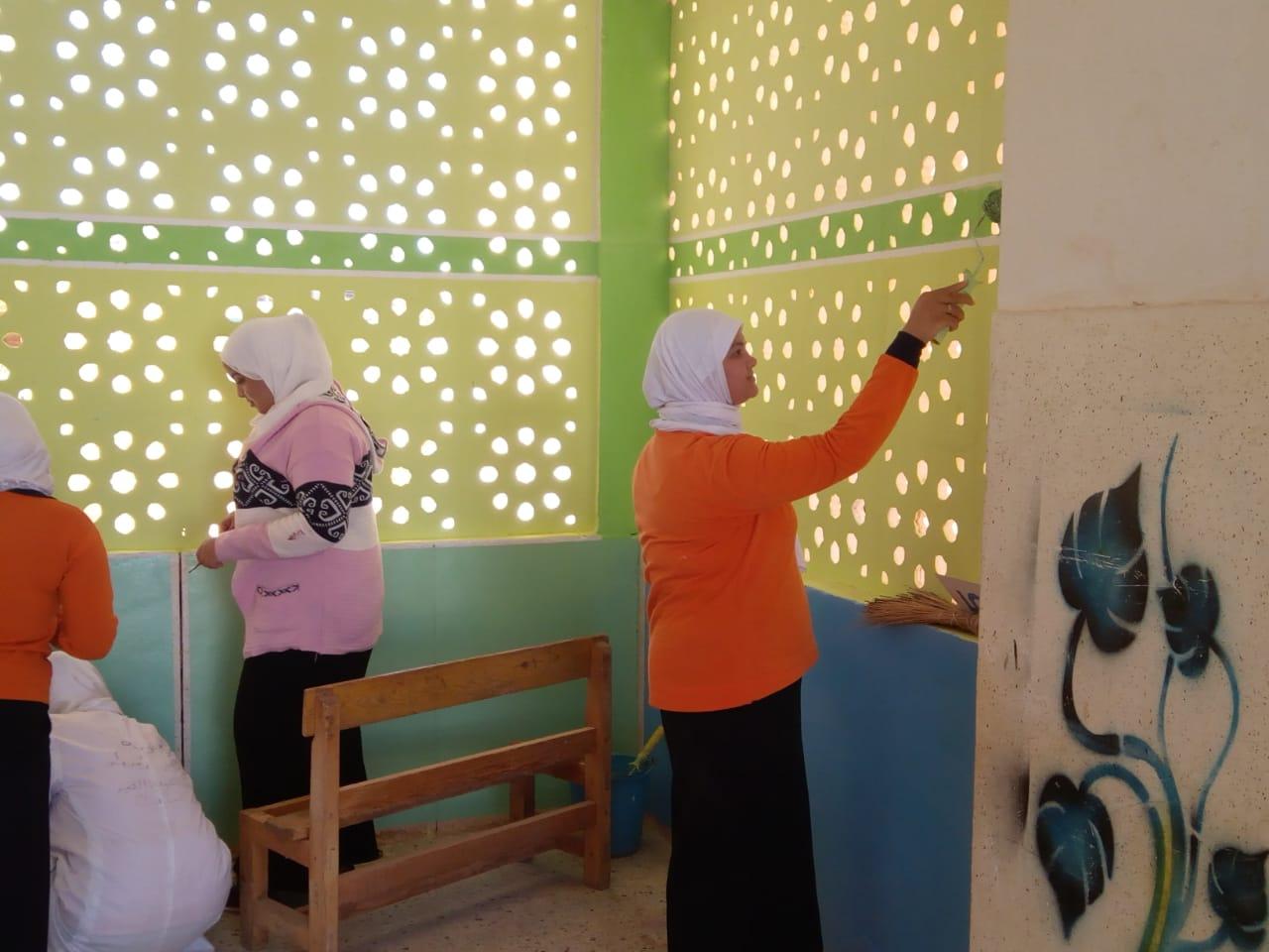 طالبات مدرسة موط الفنية ينفذن مبادرة تجميل أسوار المدارس بلوحات جدارية (10)