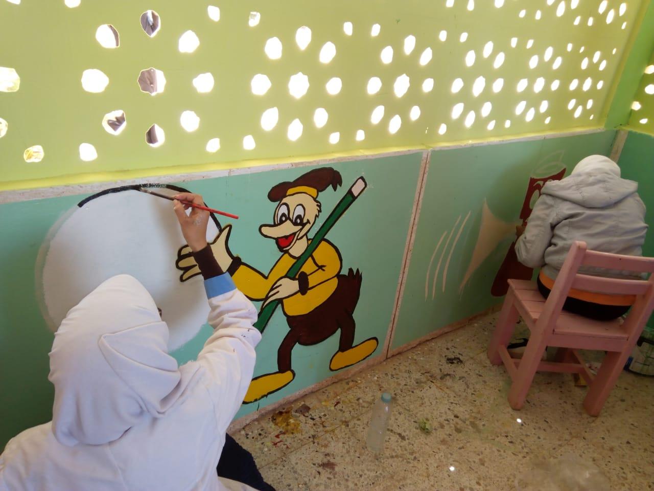 طالبات مدرسة موط الفنية ينفذن مبادرة تجميل أسوار المدارس بلوحات جدارية (2)