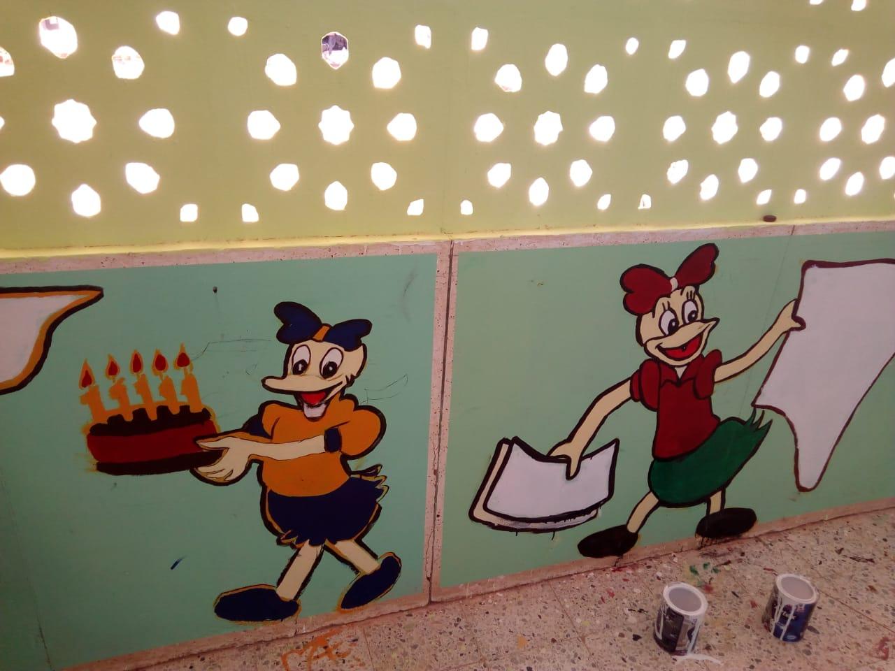 طالبات مدرسة موط الفنية ينفذن مبادرة تجميل أسوار المدارس بلوحات جدارية (5)