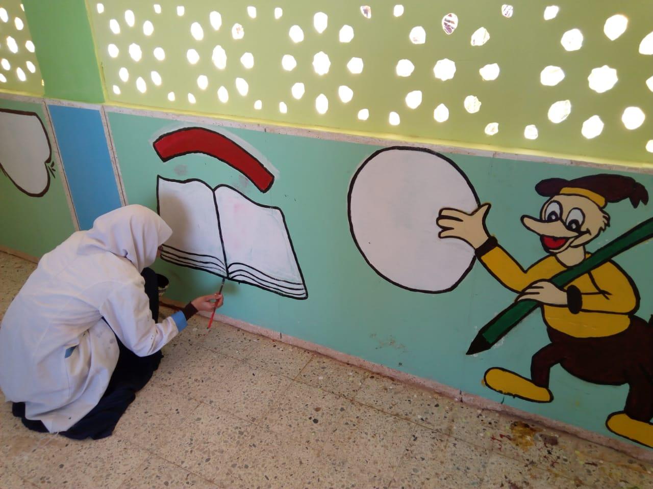 طالبات مدرسة موط الفنية ينفذن مبادرة تجميل أسوار المدارس بلوحات جدارية (1)
