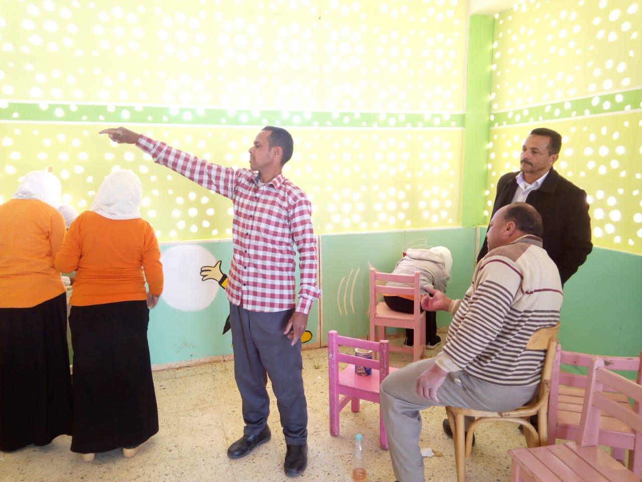 طالبات مدرسة موط الفنية ينفذن مبادرة تجميل أسوار المدارس بلوحات جدارية (6)