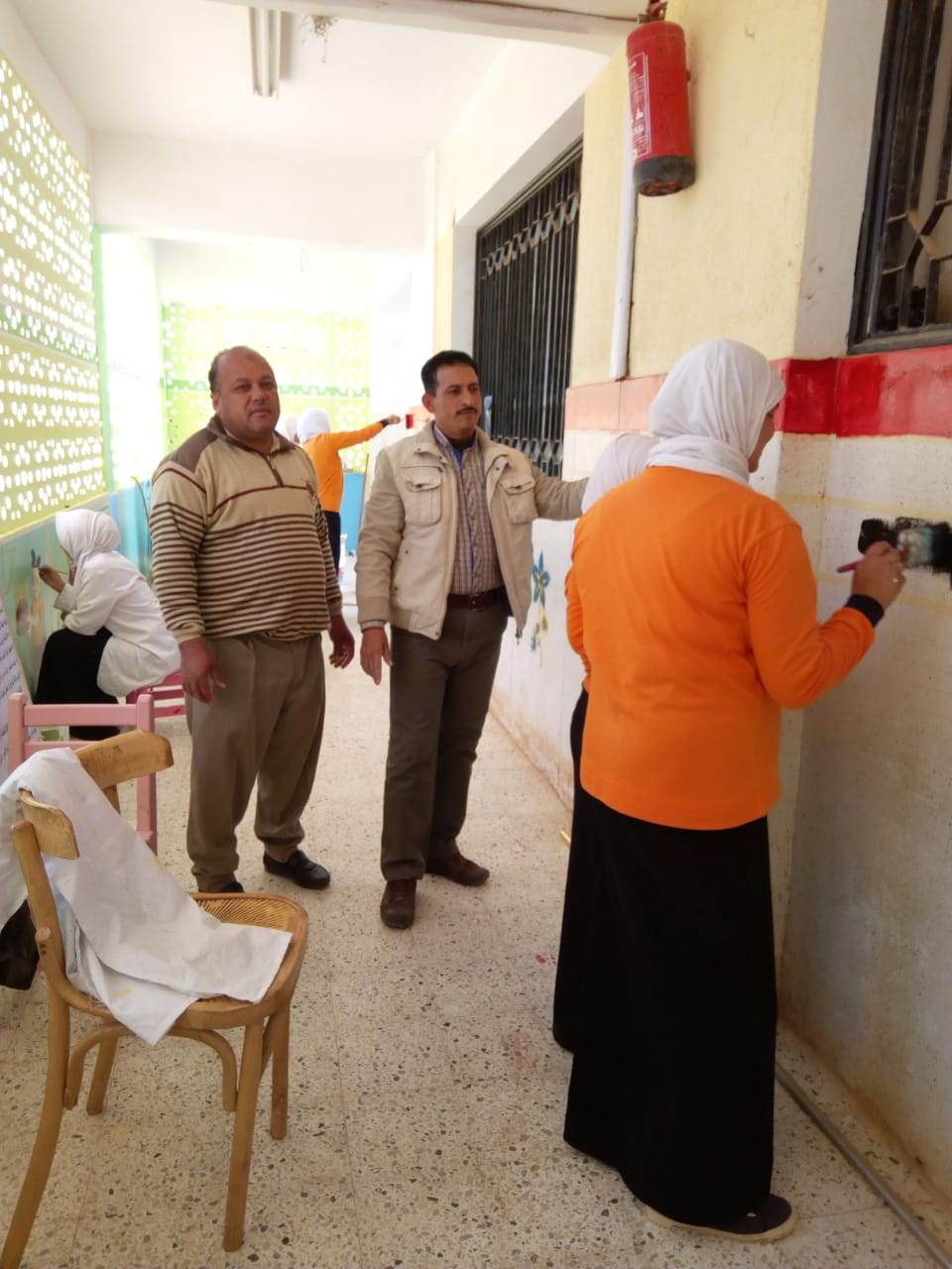 طالبات مدرسة موط الفنية ينفذن مبادرة تجميل أسوار المدارس بلوحات جدارية (11)