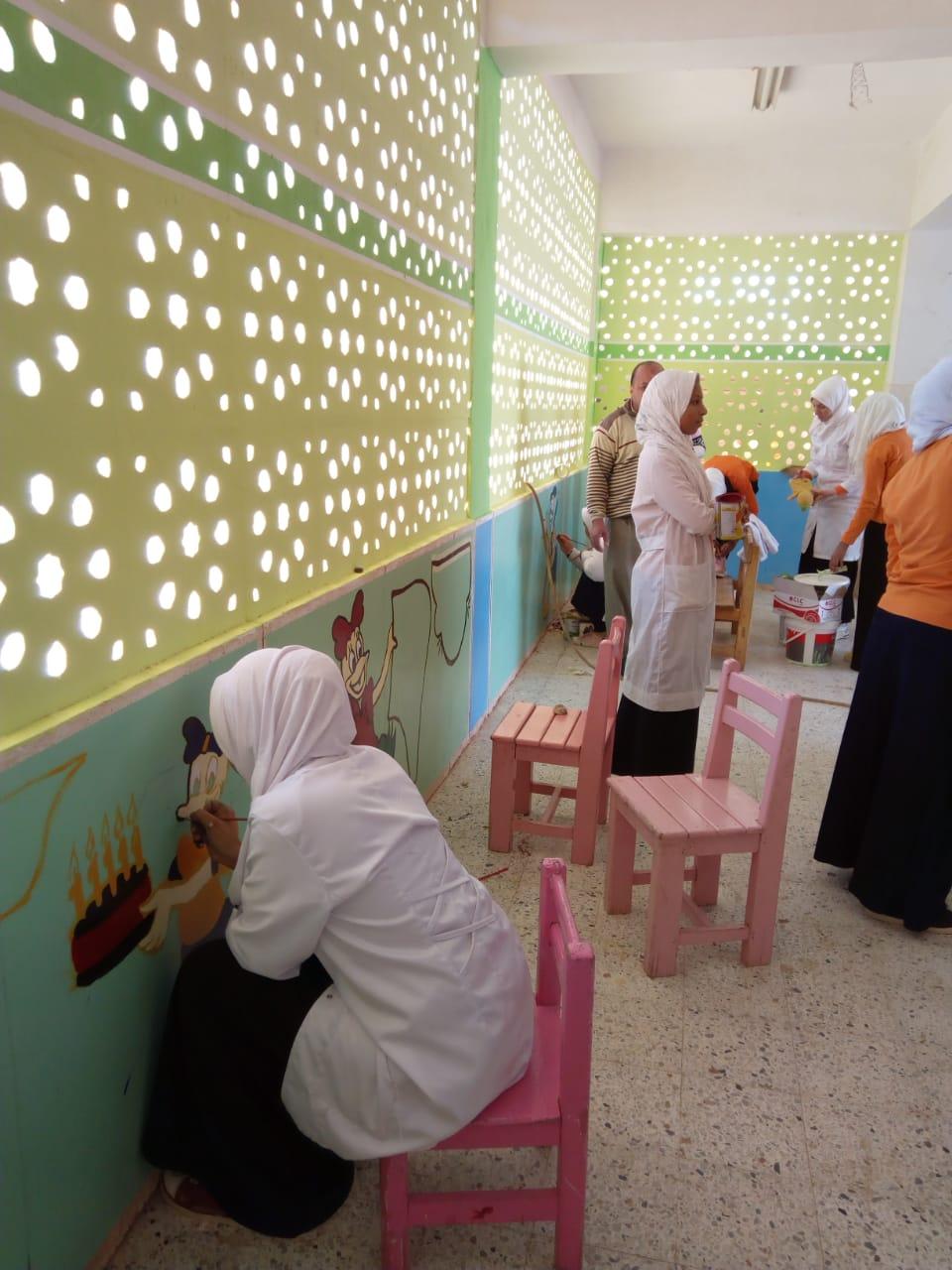 طالبات مدرسة موط الفنية ينفذن مبادرة تجميل أسوار المدارس بلوحات جدارية (9)