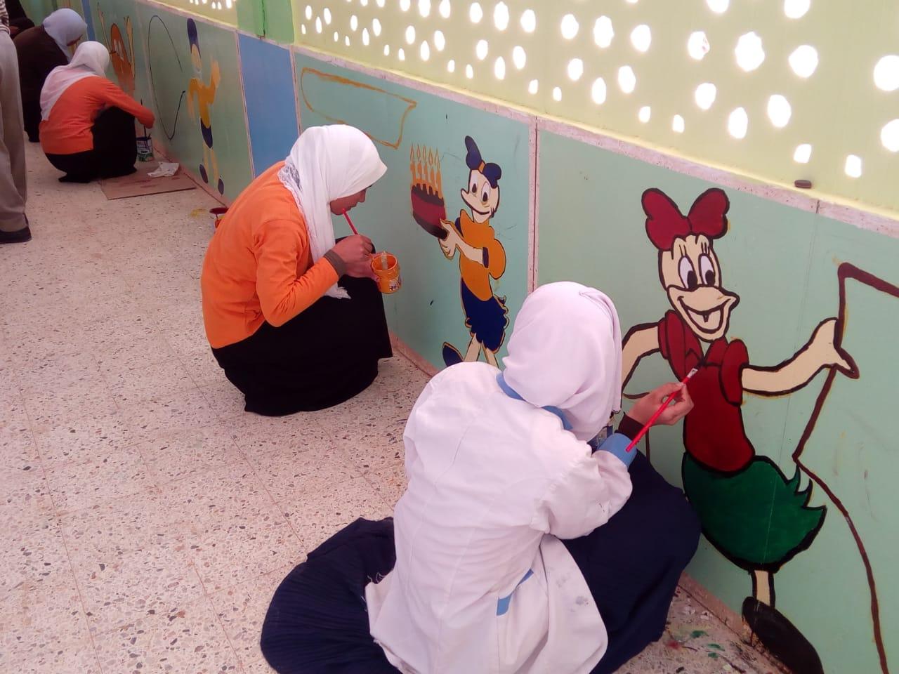 طالبات مدرسة موط الفنية ينفذن مبادرة تجميل أسوار المدارس بلوحات جدارية (4)
