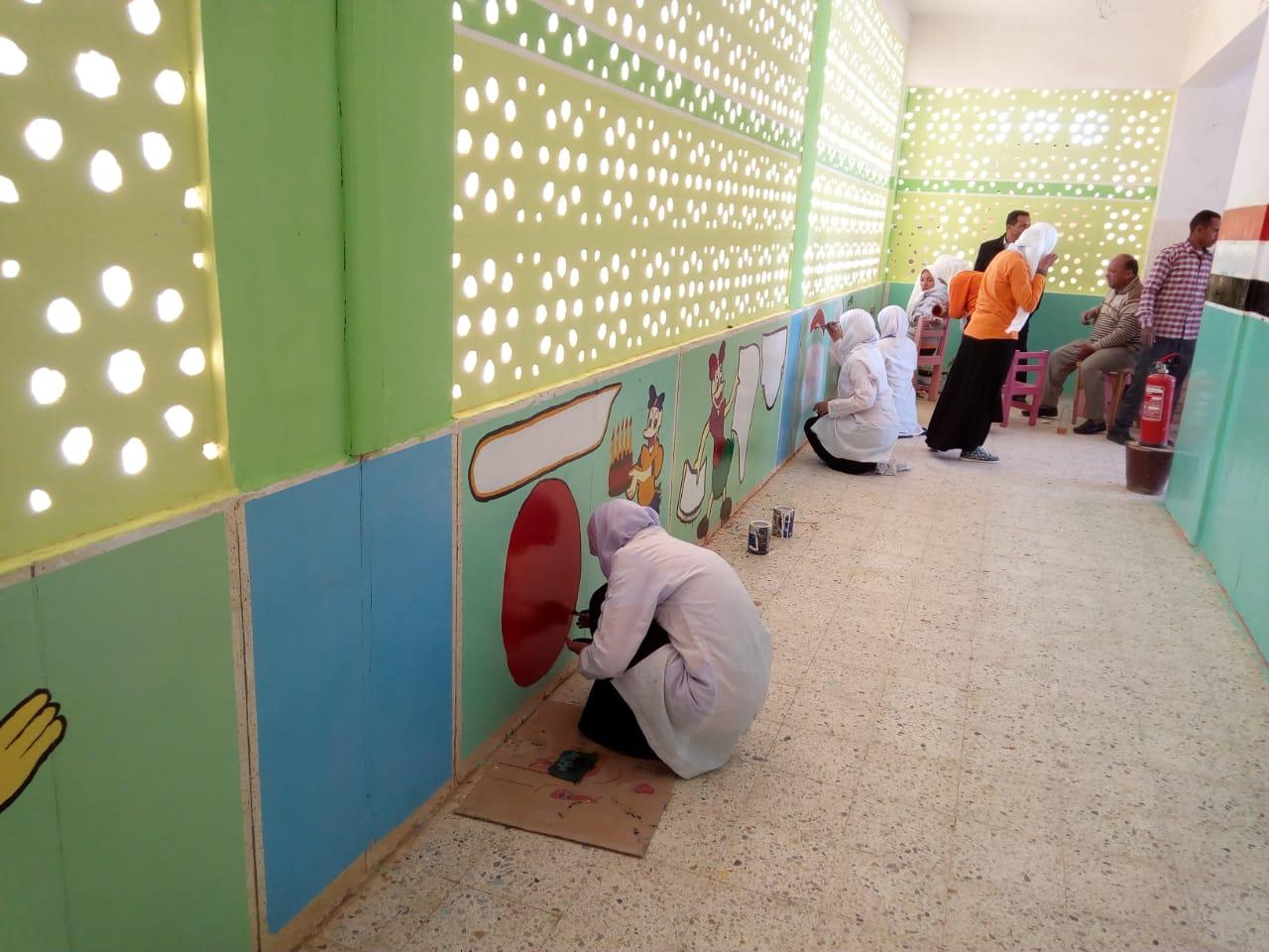 طالبات مدرسة موط الفنية ينفذن مبادرة تجميل أسوار المدارس بلوحات جدارية (8)