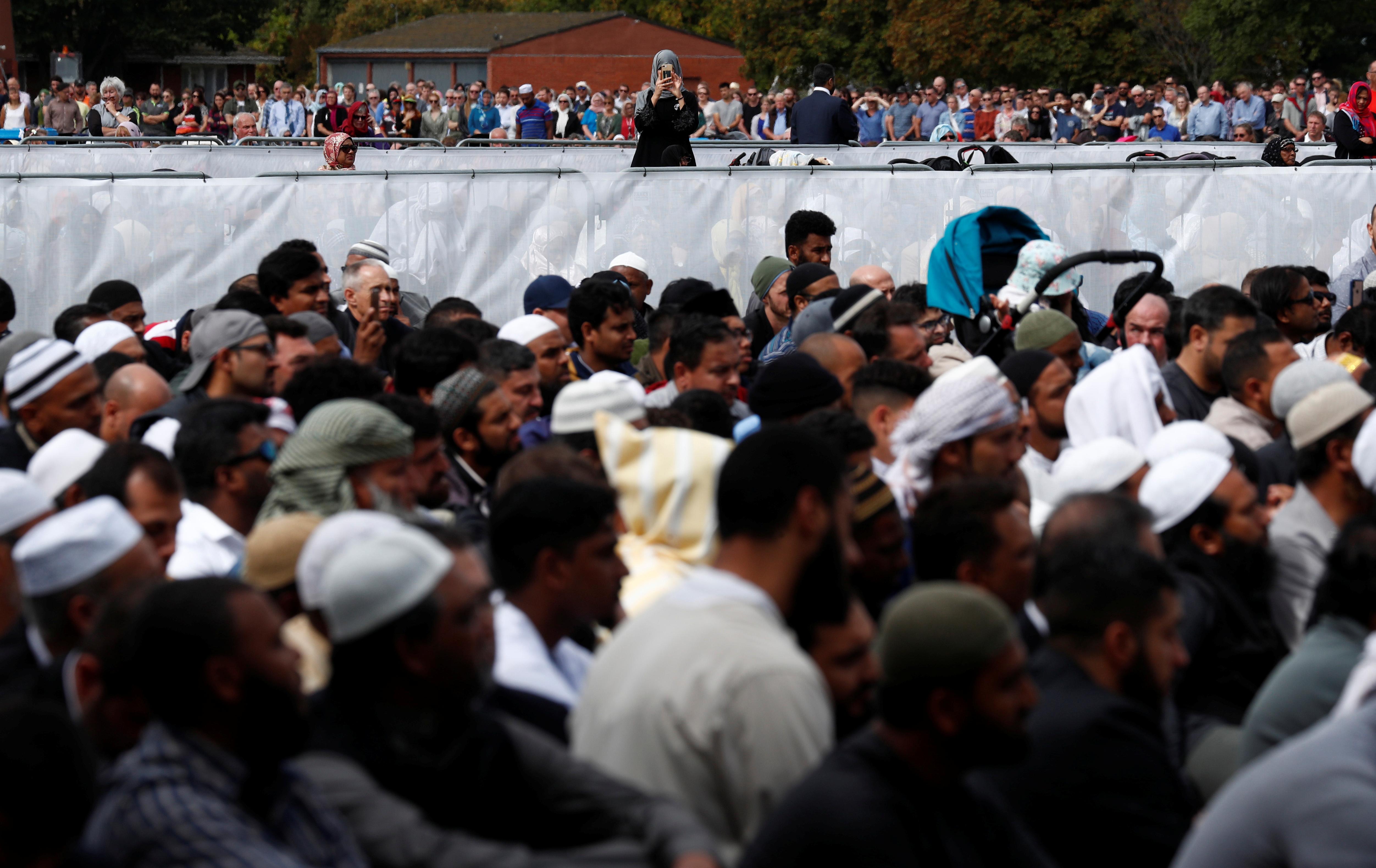 الآلاف فى تأبين ضحايا هجوم المسجدين بنيوزيلندا (7)