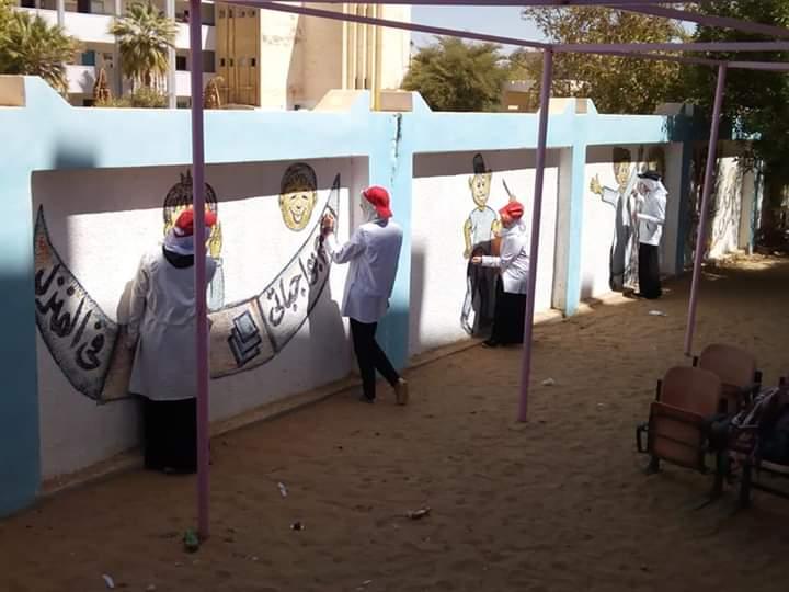 طالبات مدرسة موط الفنية ينفذن مبادرة تجميل أسوار المدارس بلوحات جدارية (18)