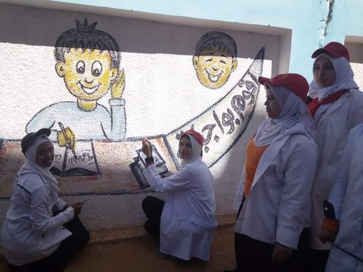 طالبات مدرسة موط الفنية ينفذن مبادرة تجميل أسوار المدارس بلوحات جدارية (15)
