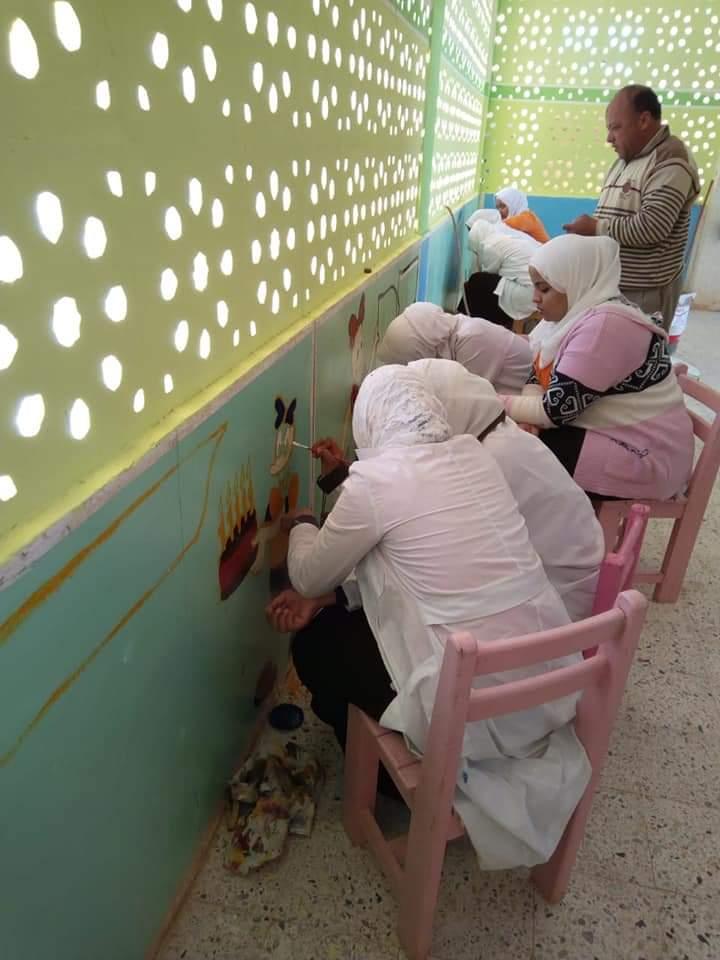 طالبات مدرسة موط الفنية ينفذن مبادرة تجميل أسوار المدارس بلوحات جدارية (16)