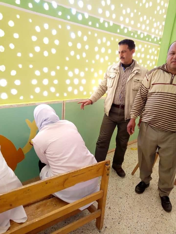 طالبات مدرسة موط الفنية ينفذن مبادرة تجميل أسوار المدارس بلوحات جدارية (13)