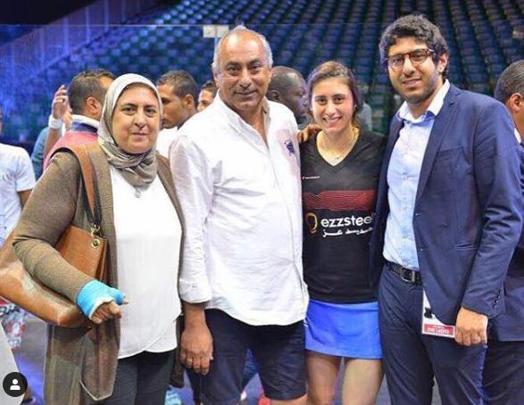 نور الشربيني مع والدها و والدتها