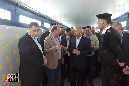 وزير النقل يتفقد محطتى القاهرة والجيزة وينتقد مستوى النظافة (13)