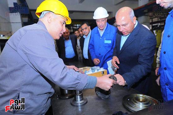 وزير النقل يتفقد محطتى القاهرة والجيزة وينتقد مستوى النظافة (3)