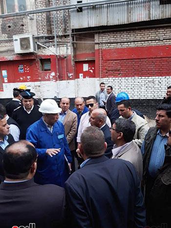 وزير النقل يتفقد محطتى القاهرة والجيزة وينتقد مستوى النظافة (15)