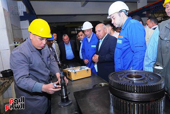 وزير النقل يتفقد محطتى القاهرة والجيزة وينتقد مستوى النظافة (2)