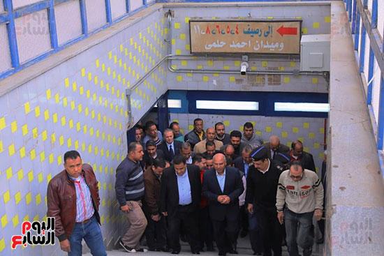 وزير النقل يتفقد محطتى القاهرة والجيزة وينتقد مستوى النظافة (11)