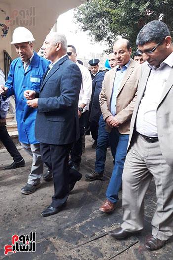 وزير النقل يتفقد محطتى القاهرة والجيزة وينتقد مستوى النظافة (14)