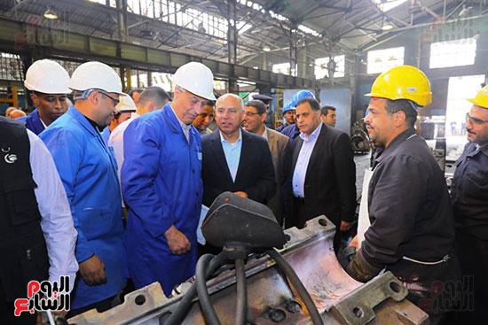 وزير النقل يتفقد محطتى القاهرة والجيزة وينتقد مستوى النظافة (1)