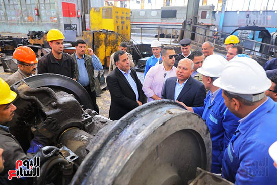 وزير النقل يتفقد محطتى القاهرة والجيزة وينتقد مستوى النظافة (8)