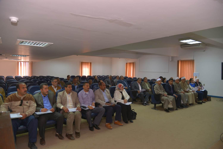 اجتماع محافظ أسيط مع اللجنة العليا لمحو الأمية (4)