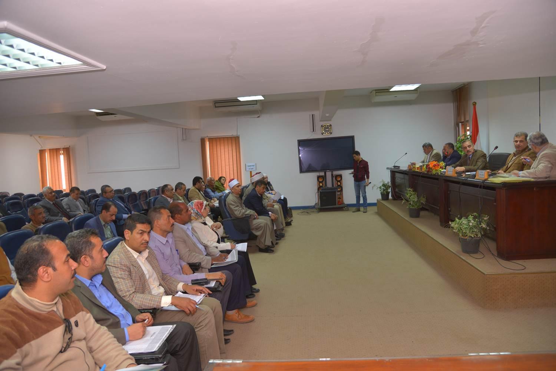 اجتماع محافظ أسيط مع اللجنة العليا لمحو الأمية (3)