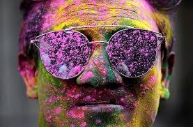 ارتداء نظارة خلال مهرجان الألوان