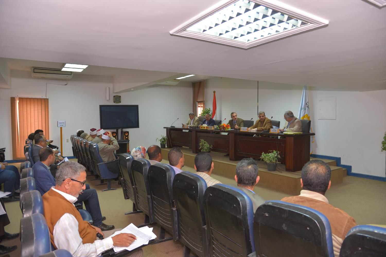اجتماع محافظ أسيط مع اللجنة العليا لمحو الأمية (1)