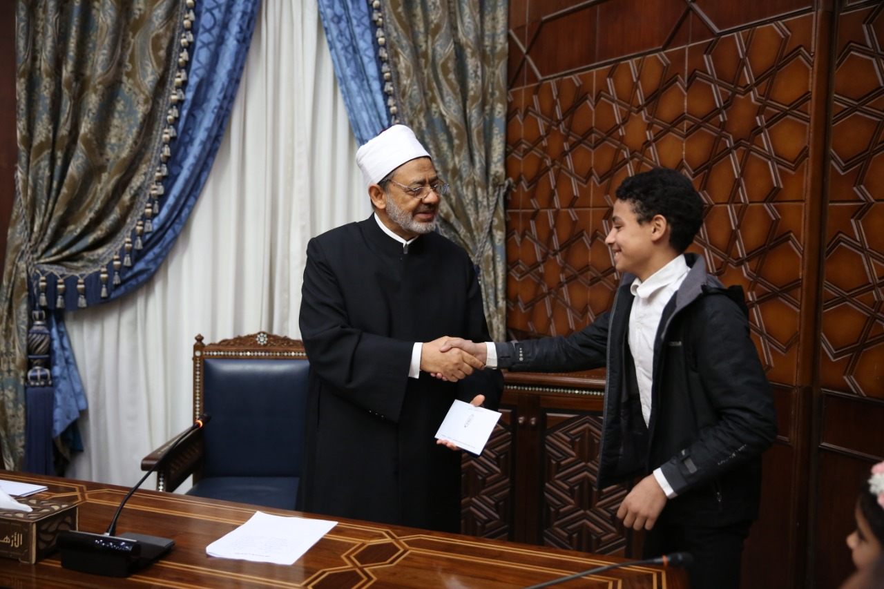 جانب من تكريم الإمام الأكبر الدكتور أحمد الطيب للأطفال  (3)