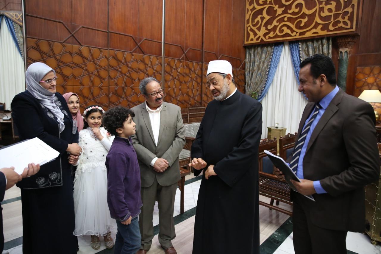 جانب من تكريم الإمام الأكبر الدكتور أحمد الطيب للأطفال  (1)