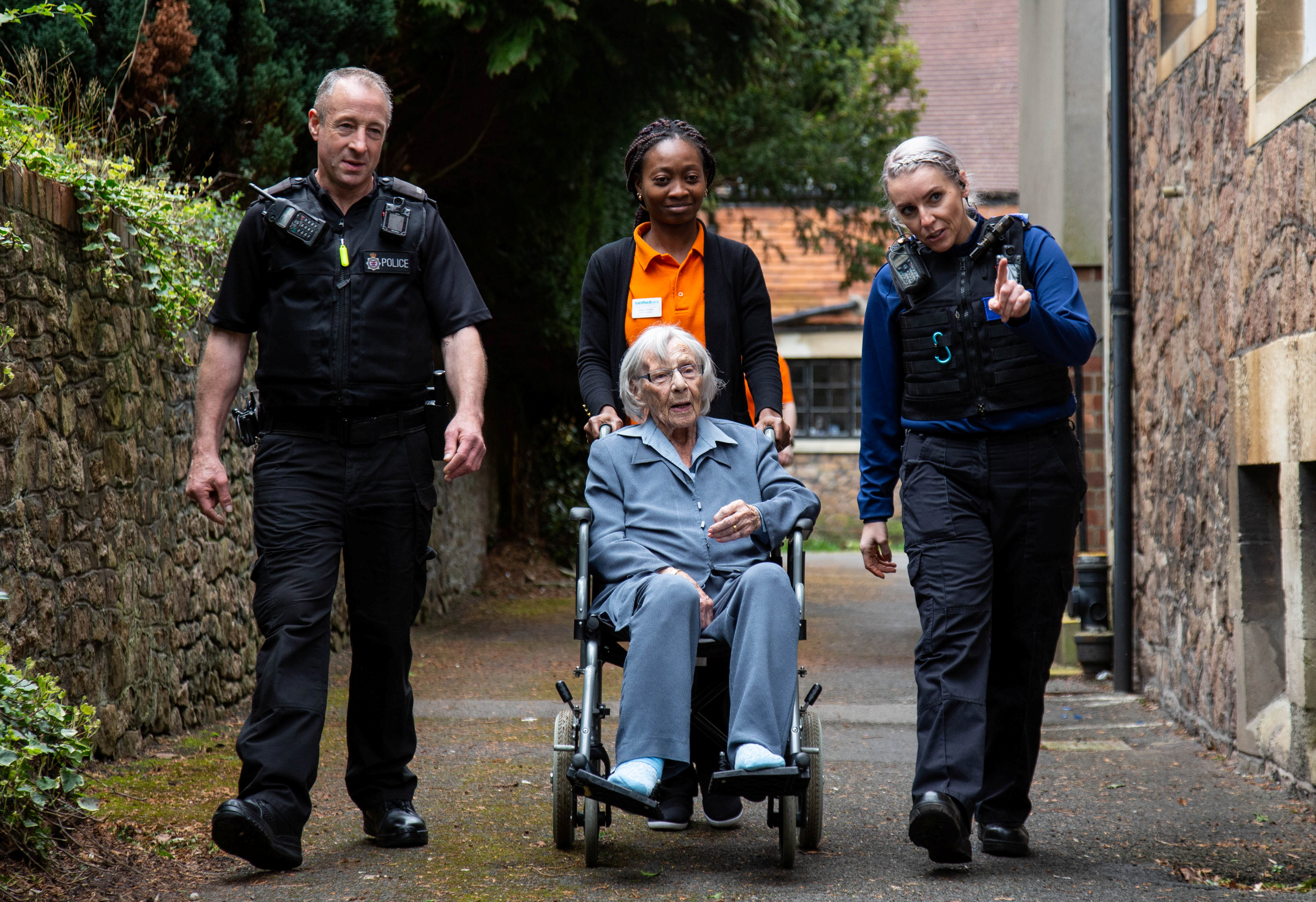نقل السيدة الانجليزية إلى مقر الشرطة