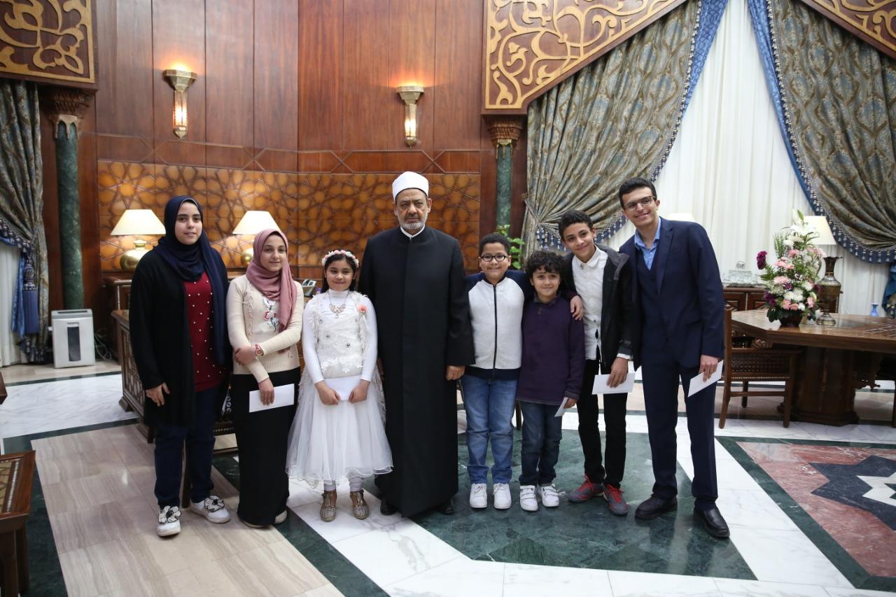 جانب من تكريم الإمام الأكبر الدكتور أحمد الطيب للأطفال  (2)