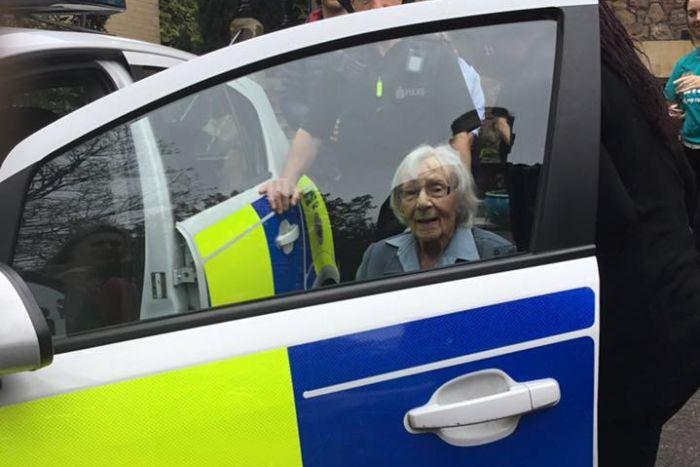 السيدة الانجليزية خلال إجراءات القبض عليها