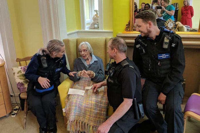 رجال الشرطة مع السيدة العجوز
