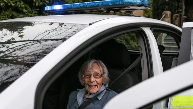السيدة العجوز داخل سيارة الشرطة خلال نقلها إلى مركز الشرطة