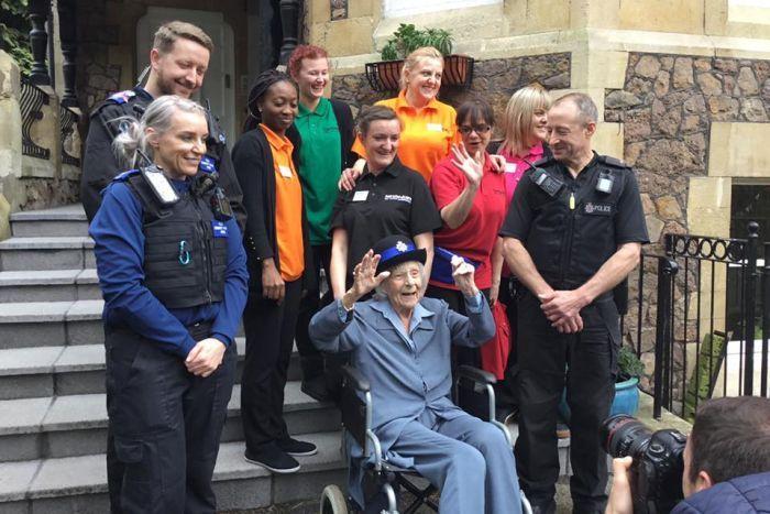 صورة جماعية مع الفريق الذى ألقى القبض على السيدة الانجليزية