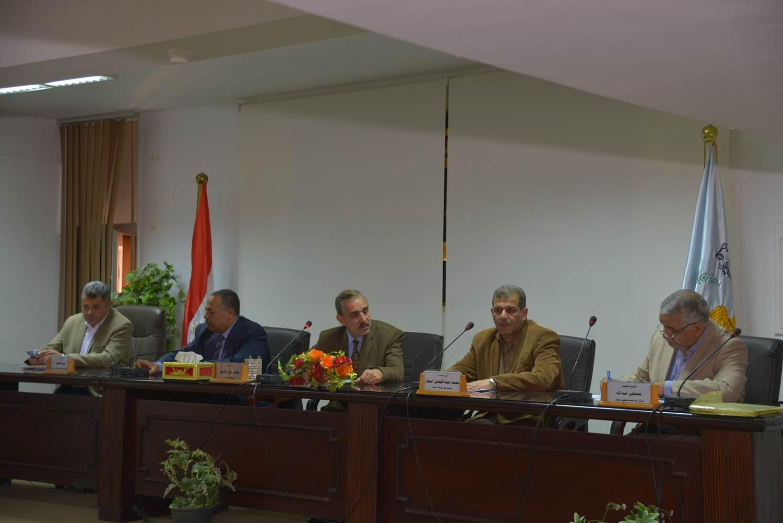 اجتماع محافظ أسيط مع اللجنة العليا لمحو الأمية (2)