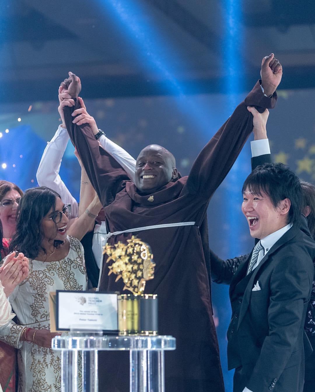 المعلم الكينى بعد فوزه بالجائزة