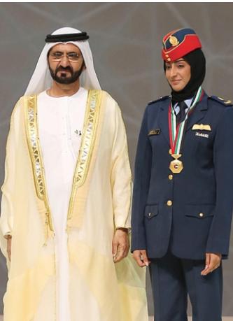 مريم المنصورى خلال تكريمها من الشيخ محمد بن راشد