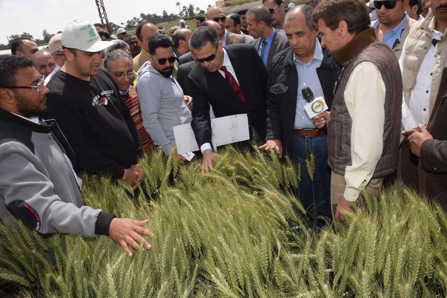 جولة وزير الزراعة ومحافظ بنى سويف بمحطة البحوث بسدس (4)