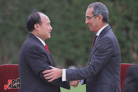 وزير الاتصالات وهولين زاو يوقعان عقد استضافة مصر للمؤتمر العالمى لاتصالات الراديو (1)