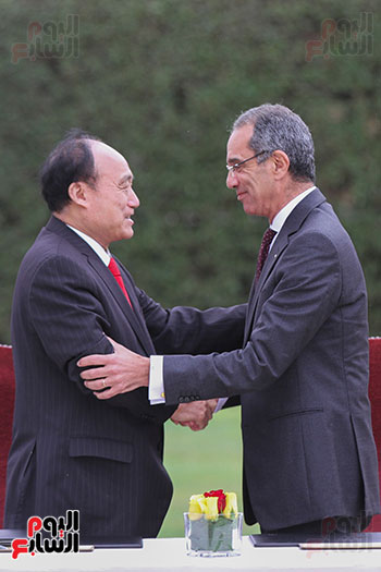وزير الاتصالات وهولين زاو يوقعان عقد استضافة مصر للمؤتمر العالمى لاتصالات الراديو (16)