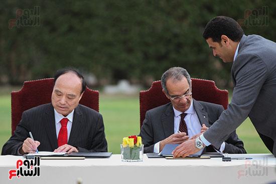 وزير الاتصالات وهولين زاو يوقعان عقد استضافة مصر للمؤتمر العالمى لاتصالات الراديو (11)