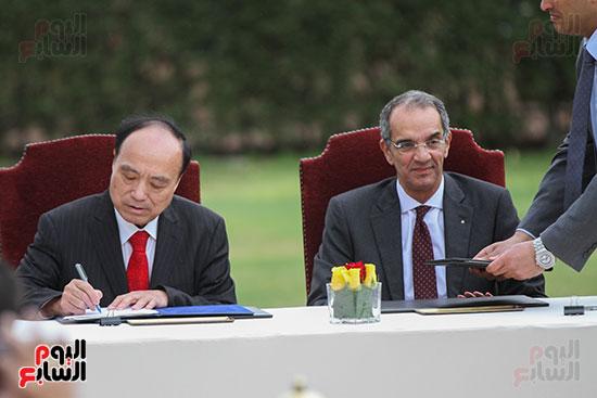 وزير الاتصالات وهولين زاو يوقعان عقد استضافة مصر للمؤتمر العالمى لاتصالات الراديو (4)