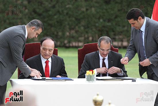 وزير الاتصالات وهولين زاو يوقعان عقد استضافة مصر للمؤتمر العالمى لاتصالات الراديو (3)